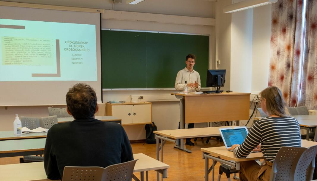 Mikkel Ekeland Paulsen underviser i det nye studieemnet i ordbokkunnskap og ordboksarbeid. Enn så lenge følgjer dei fleste studentane førelesingane digitalt. Bildet er frå starten av september 2020