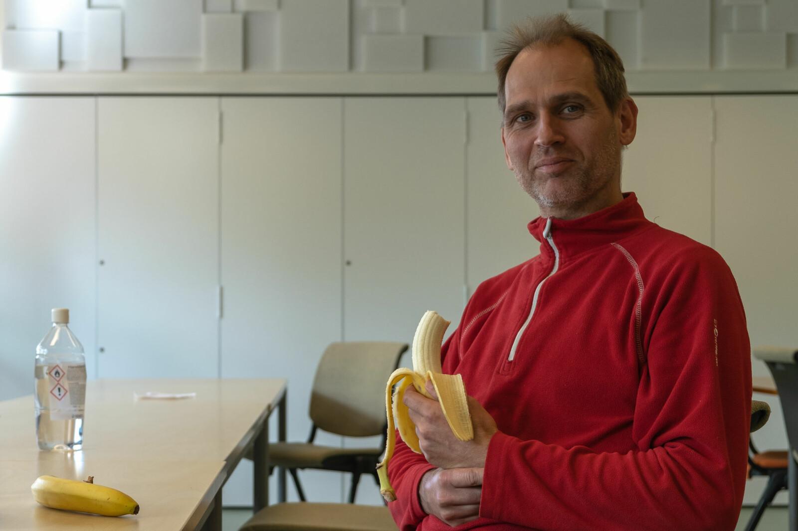 Lunsjen er blitt mer fredelig på Matematisk institutt etter at lydisolerende plater kom opp på veggen, forteller verneombud og førsteamanuensis Morten Brun