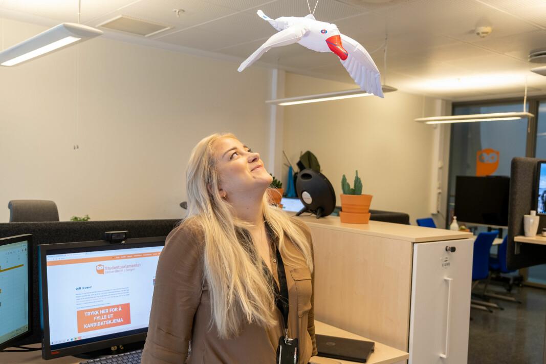 Måsen på kontoret kan til alt hell ikkje drite, men er ei påminning om ei av mange utfordringar for studentleiar Sandra Amalie Lid Krumsvik i 2020.