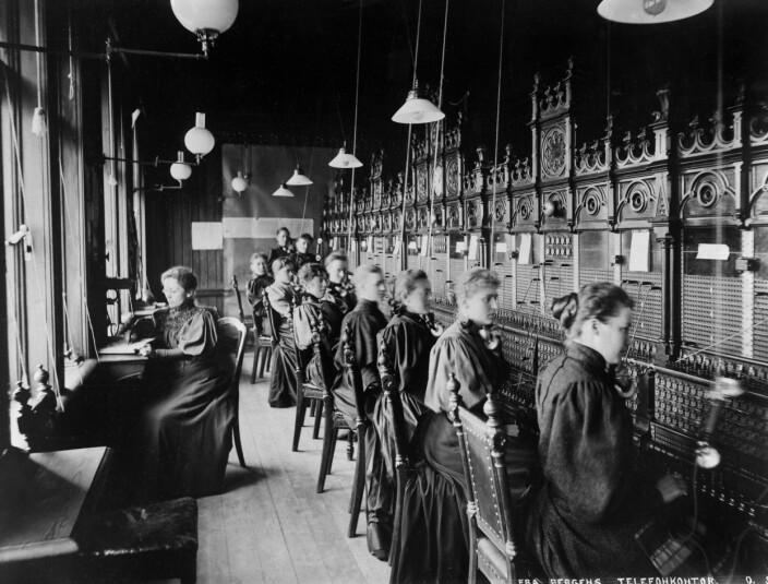 Hos Bergens Telefonkompagni var det å være telefonoperatør hovedsakelig et kvinneyrke. I 1896 var 11 faste og åtte reservetelefonister, eller «telefondamer», ansatt her. Dette bildet er tatt en gang mellom 1887 og 1895.