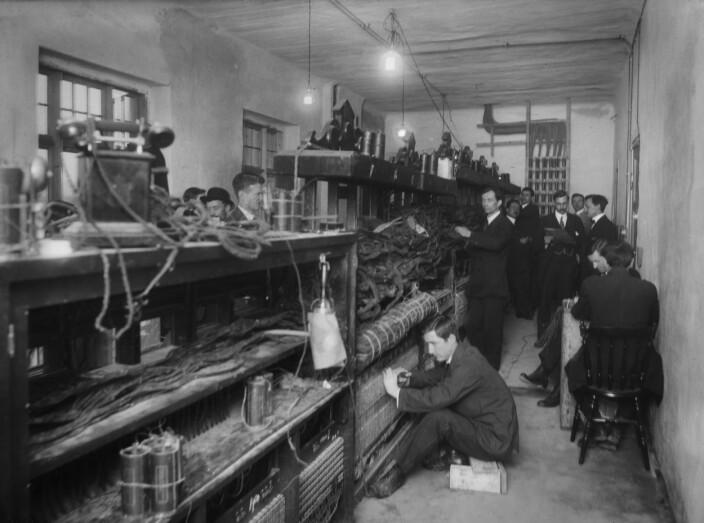 Bergens Telefonkompagni trengte både teknikere og montører for å kunne være i drift. Forholdene som mange av montørene arbeidet under, kunne imidlertid være problematiske. Ofte falt arbeidere gjennom takene de satt på for å montere telefonlinjer.