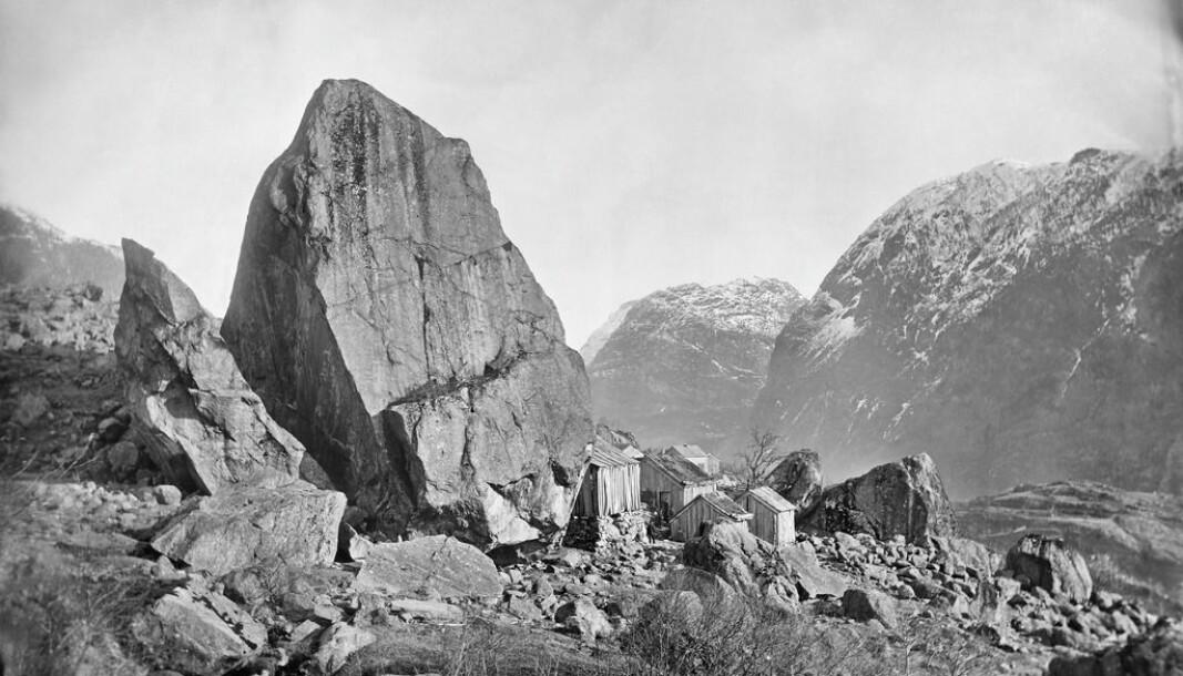 Bufast under bergfall: «Parti fra Tokheim i Hardanger». Kolasteinen på Tokheim, fotografert 1869-70.