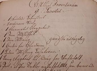 Liste over inventariet i sakristiet hvor biblioteket ble satt opp. Her nevnes blant annet en «Ruslæder» lenestol, åtte «ordinaire» stoler og et blåmalt klappbord.