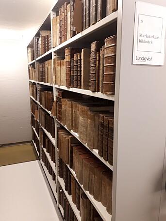 Deler av Mariakirkens bibliotek slik det står oppstilt i dag.