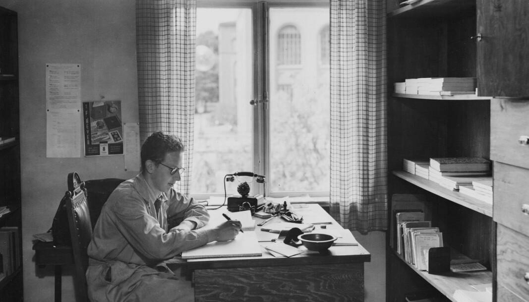 Bildet vi ser her er fra da NHH hadde lokaler i Museplass 1 (1936-1963). Gjennom vinduet skimtes Bergens Museum.