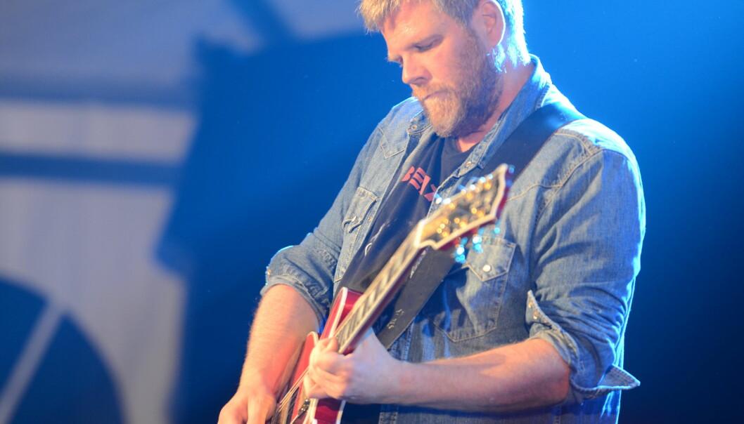 Viggo Krüger spiller gitar