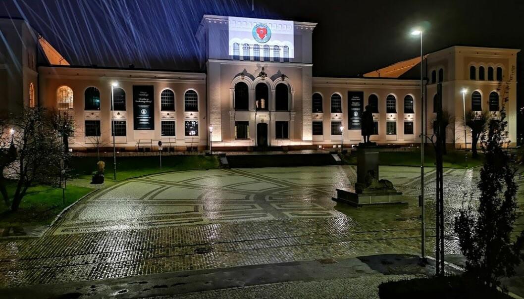 """Lys i mørket: Denne veka blir Universitetsmuseet lyst opp med påminning om portalen """"Værgodmotdegselv""""."""