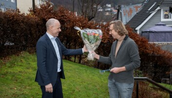 Sveinung Hole overrekker blomster og plakett til Willem van der Bilt