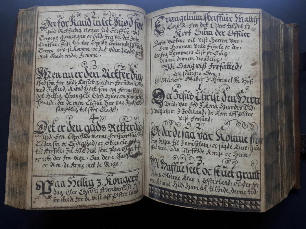 """Den håndskrevne boken inneholdt totalt tre bøker. Her utdrag fra den første av dem, Rasmus Svendsens <span class="""" italic"""" data-lab-italic_desktop=""""italic"""">En liden nyttig Euangeliske Epistoliske Haandbog</span>."""