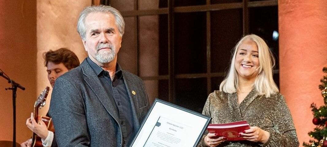 Jon Steine blir tildelt arbeidsmiljøprisen på UiBs juleavsluttning. Her sammen med studentleder Sandra Krumsvik.