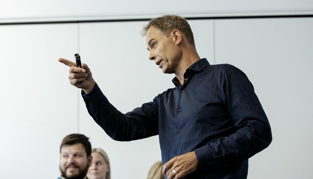 Professor Jens E. Kjeldsen er leder for talekonkurransen Ta ordet! Dette bildet er fra forberedelser til konkurransen.