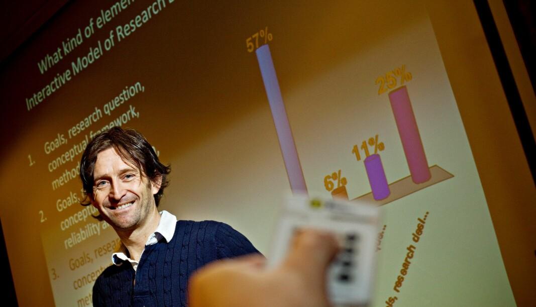 """Digitale verktøy som """"klikkere"""" gjør det enklere for studentene å fortelle hva de føler seg spente på. Her med professor Rune Krumsvik."""