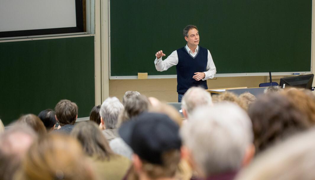 Slik ser det vanligvis ut når lærerne strømmer til UiB for faglig påfyll. Her er professor Jens E. Kjeldsen i aksjon under Faglig-pedagogisk dag, 2017.