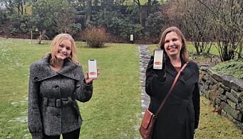 Ellen Alvilde Arge og Anne-Lise Nordgulen viser frem Hubro.