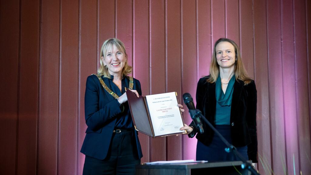 Rektor Margareth Hagen delte ut prisene, her med førsteamanuensis Laura Saetveit Miles.