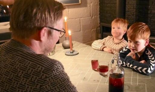 Rune Mentzoni tester ut konserveringsteorien på barna Aslak (5) og Even (7). Her har de besøk av TV2.