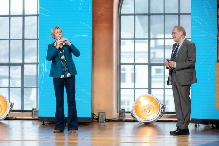 Linda Eide og Gunnstein Akselberg takket for Christieprisen 2021 under Christiekonferansen 2021 med å spille Blåmann, Blåmann bukken min til ære for Christie