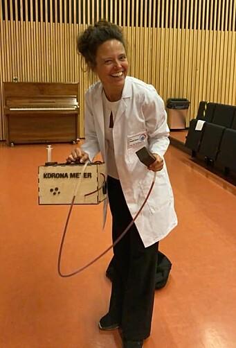 Henriette Ertsås som Dr. Kvakk Salver, her med sitt Koronameter