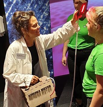 Dr. Kvakk Salver undersøker pasienten for Korona