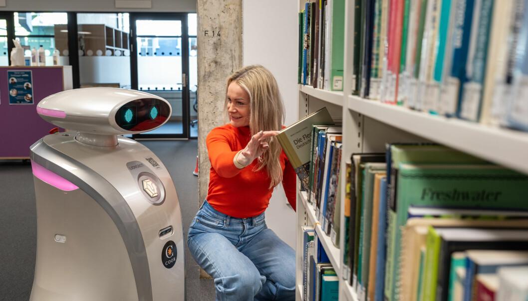Vaskeroboten i Realfagbygget kan også kommunisere med deg. Her med kontorsjef ved Eiendomsavdelingen, Anette Blich.