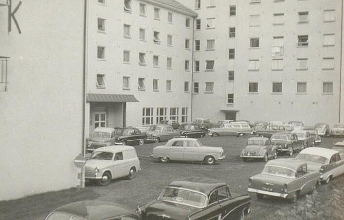 Bilparken utenfor Studenthjemmet var imponerende. Alrek reklamerte da også med god parkeringsplass for de turistene som kom til Bergen med bil. Kilde: Ms 2177 Alrek Studenthjem.