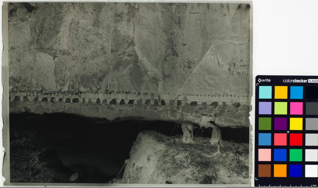 Gelatine glassplatnegativ fra 1898 av Knud Knudsen. Etter fjernet retusj sees en kvinnelig fotograf i bildet (UBB-KK-NCX-0158).