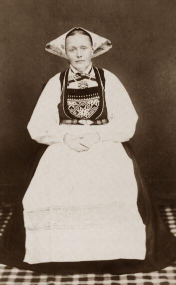 """""""Kvinne fra Voss"""" av Johanna Bergström Skagen. Visittkortportrett. 13. Juni, 1878. Visitkortportrettet er fremkaldt på albumin papir. Albuminpositivet ble den mest utbredte fotografiske prentteknikk i årene 1850-1900."""