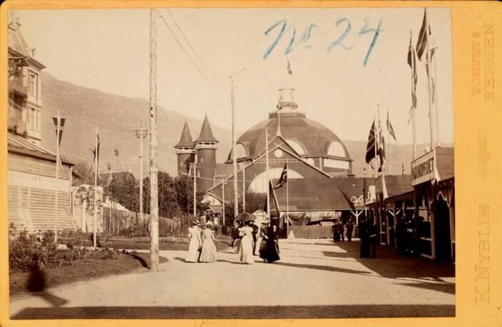 Uten tittel. Bergensutstillingen 1898. Albumin positivt prent. Agnes Nyblin. K. Nyblin. Datering: 1898. « (ubb-bs-fol-01034-035).