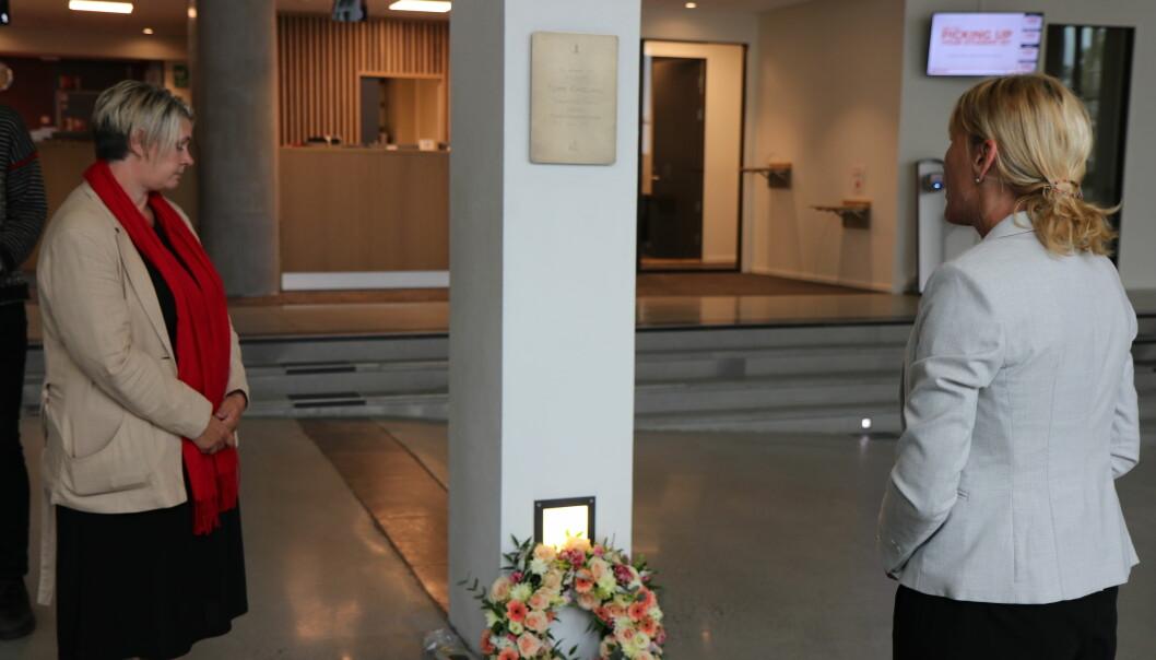 Ordfører Marte Mjøs Persen og rektor Margareth Hagen holdt begge rørende taler til minne om Tore Eikeland.