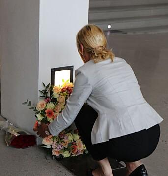 Rektor Margareth Hagen legger ned krans ved Tore Eikelands minneplakett.