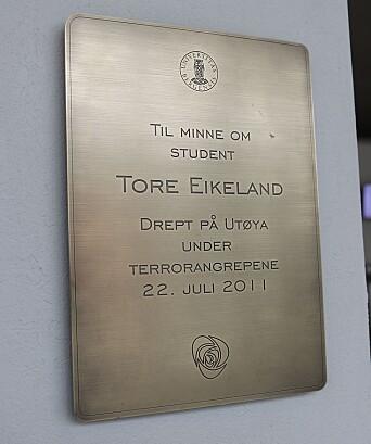 Plakett til minne om UiB-student Tore Eikeland som ble drept på Utøya 22. juli 2011.
