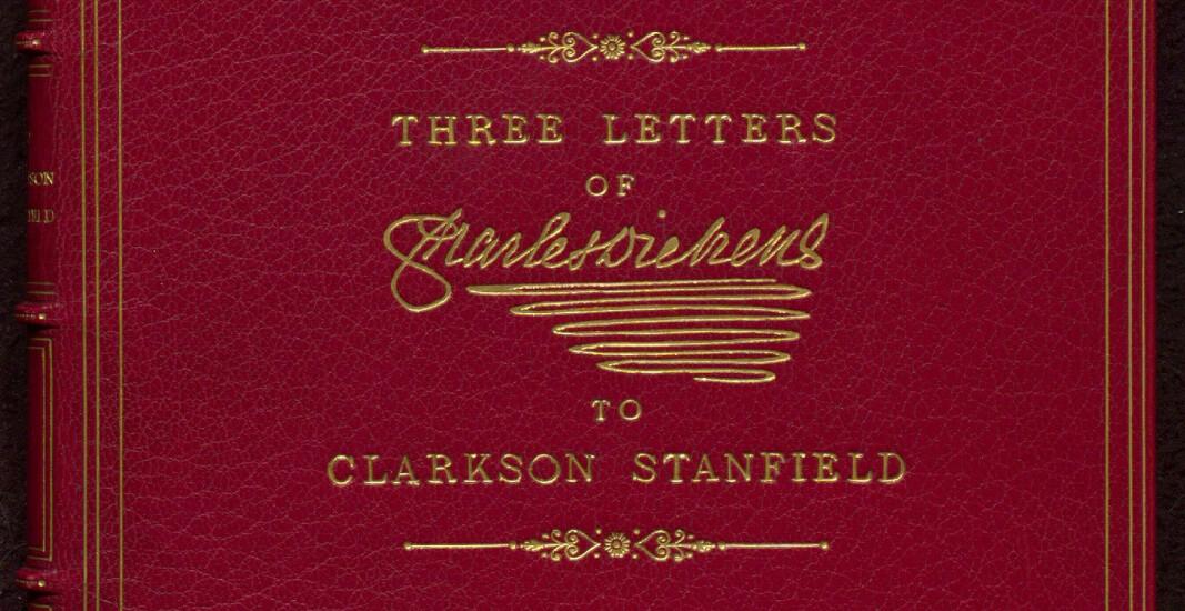 Forsiden på en av bøkene med Charles Dickens' håndskrifter, nydelig innbundet, og med signaturen preget med bladgull på forsiden.
