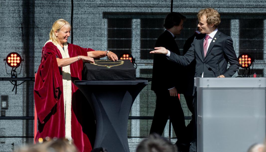 Margareth Hagen mottar rektorkjedet fra leder fra Studentparlamentet, Thomas Helland Hansen.