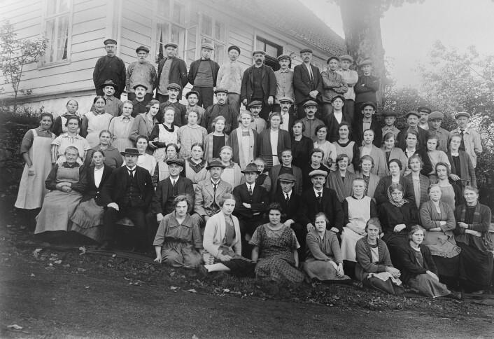 Bildet er ein reproduksjon av eit fotografi som viser dei tilsette ved Eidsvåg fabrikker (UBB-KK-N-456-264).