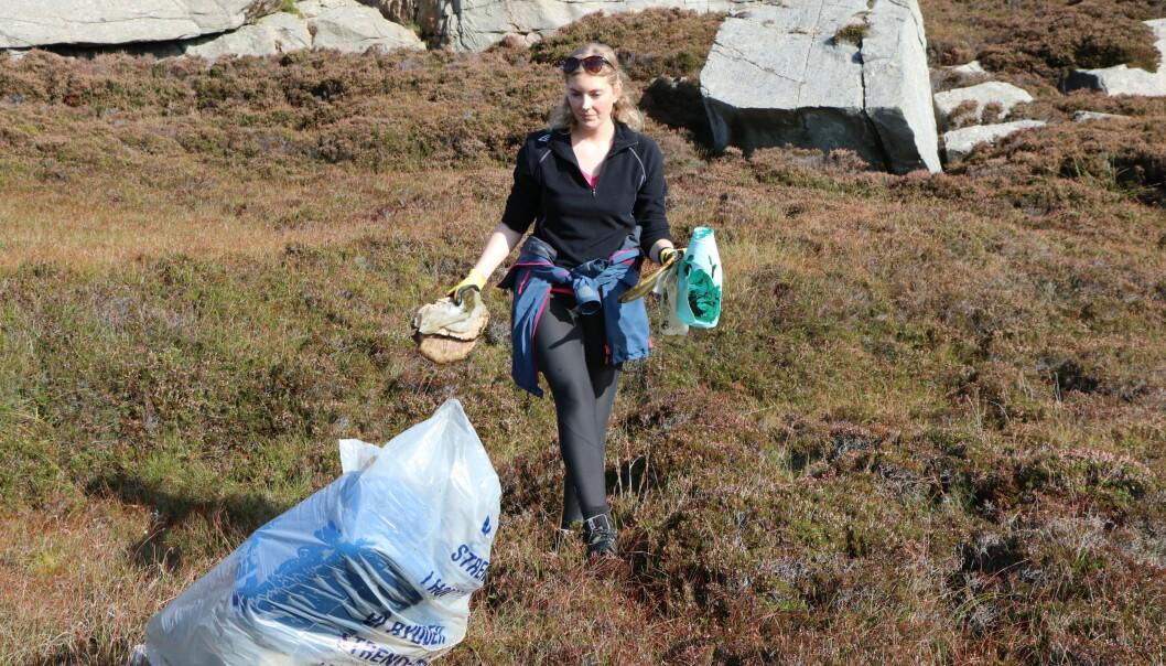 Miljøkoordinator Helene Wiken under Strandryddeuka i fjor.