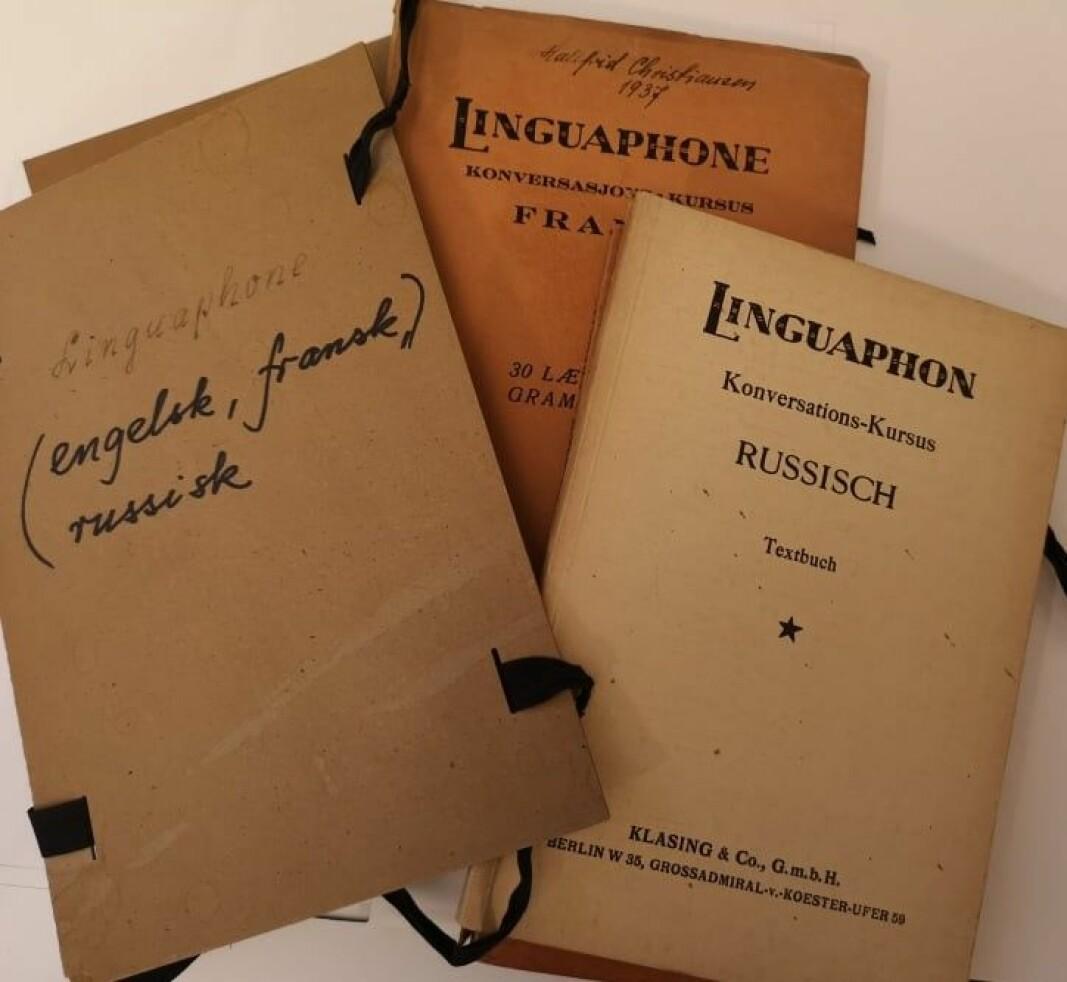 Hallfrid hadde orden i sakene sine. For å samle sammen sine fonetiske bøker, har hun laget to pappomslag som hun har tredd et bånd gjennom. Fiffig.