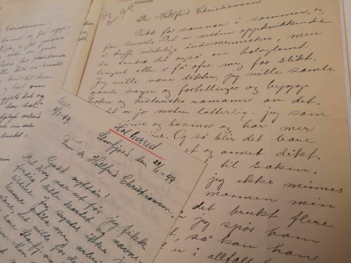 Hallfrid hadde god og langvarig kontakt med mange av informantene sine. Her ser dere noen av alle brevene som finnes i arkivet.