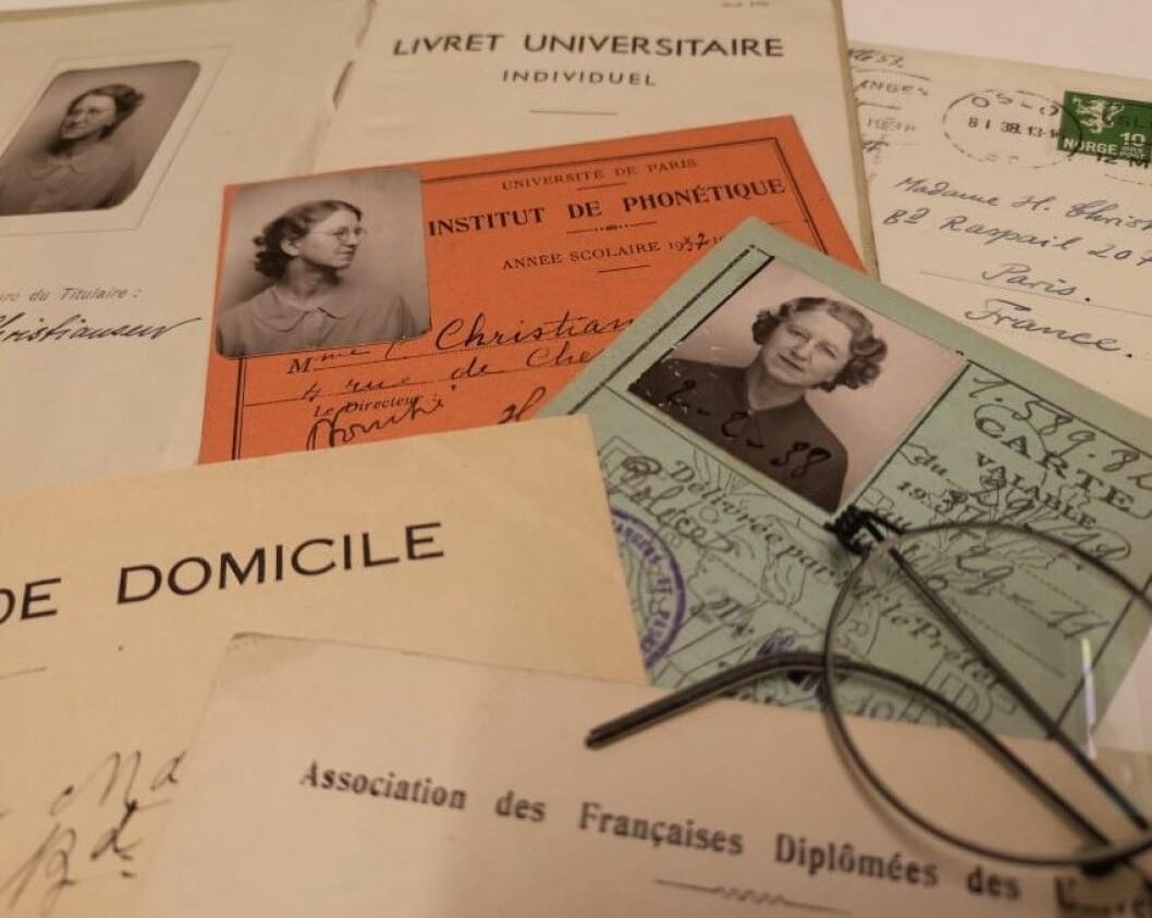 Det finnes mange artige små rariteter etter Sorbonne-oppholdet til Hallfrid. Lotteribilletter, studiehåndbøker, små kvitteringer og postkort er bare noe av det man kan finne.