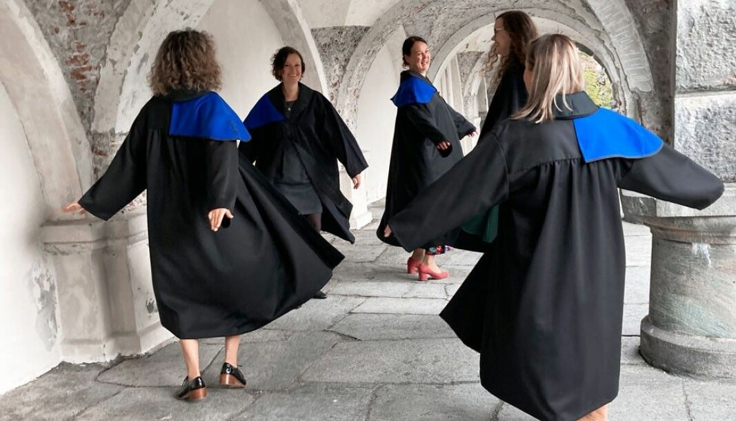 Feira promosjon: Desse ferske doktorane ved Det humanistiske fakultet feira doktorgraden med ein sving i Musèhagen.