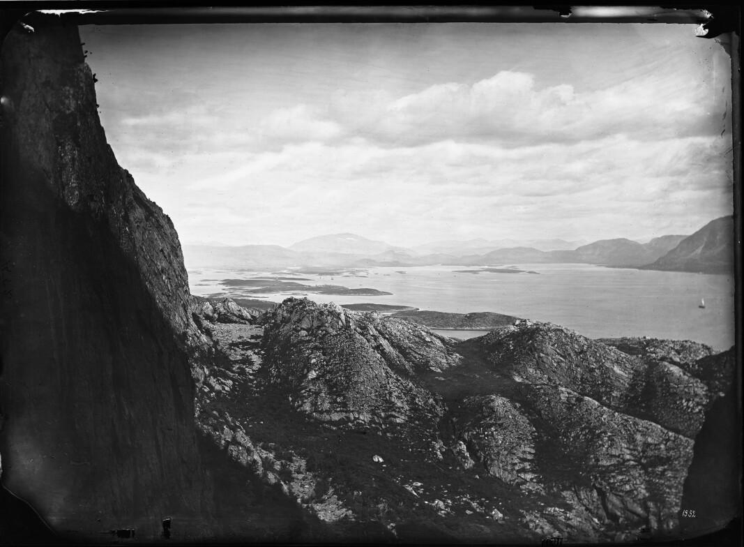 Udsigt fra Torghatten, Nordland, 1875/76. Foto: Knud Knudsen (ubb-kk-1318-1552).