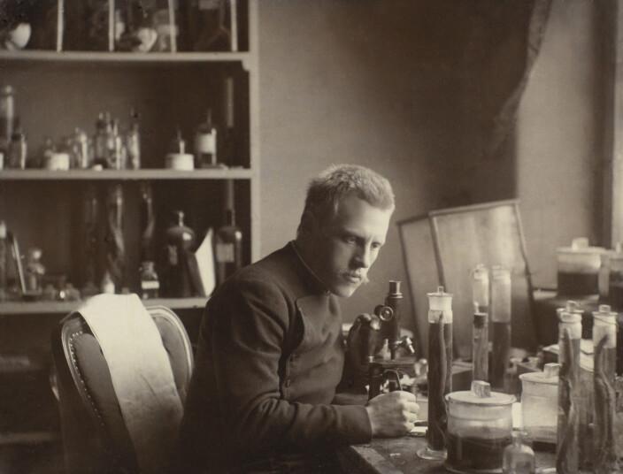 En ung Fridtjof Nansen over mikroskopet ved Bergens Museum. Foto: Johan v. d. Fehr (UBB-BS-FOL-00410).