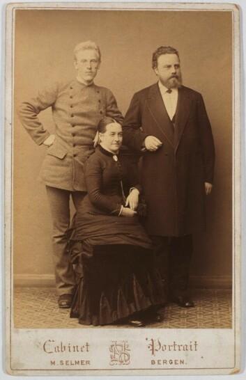 Den unge Fridtjof Nansen sammen med Vilhelm og Marie Holdt. Foto: Marcus Selmer.