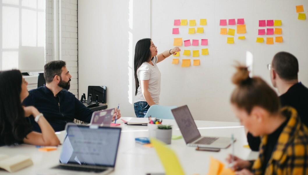 Det som blir sagt og gjort i oppstarten av en prosjektgruppe kan ubevisst bli normene for samarbeidet, forteller NHH-forsker.