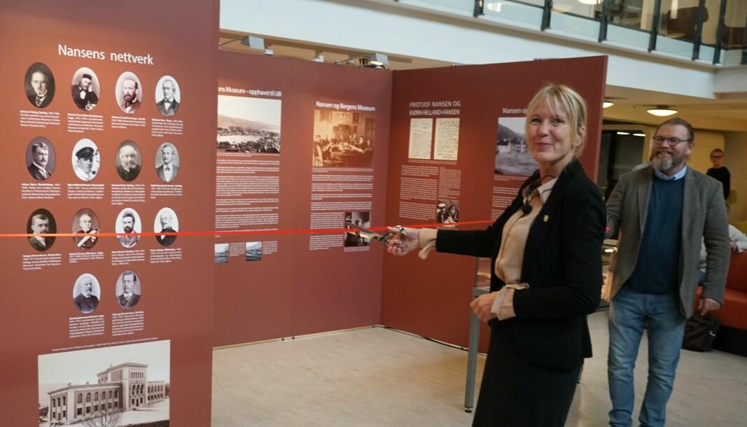 """Rektor Margareth Hagen klipper snoren til utstillingen """"Nansen og bergenserne"""" på HF-biblioteket."""